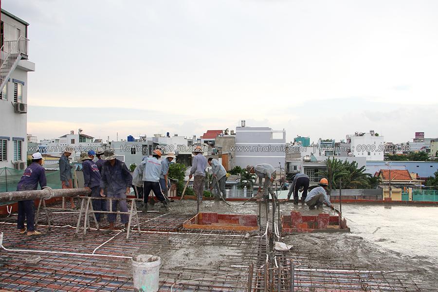 Thi công sàn bê tông lầu 1 mẫu nhà biệt thự phố 3 tầng Tân Phú