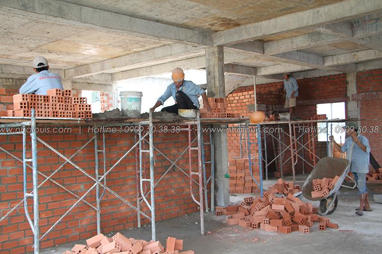 Xây tường ngăn biệt thự vườn 2 tầng quận 8