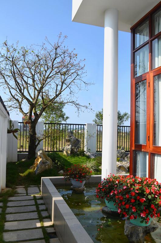 Biệt thự sân vườn nổi bật với mái cách điệu
