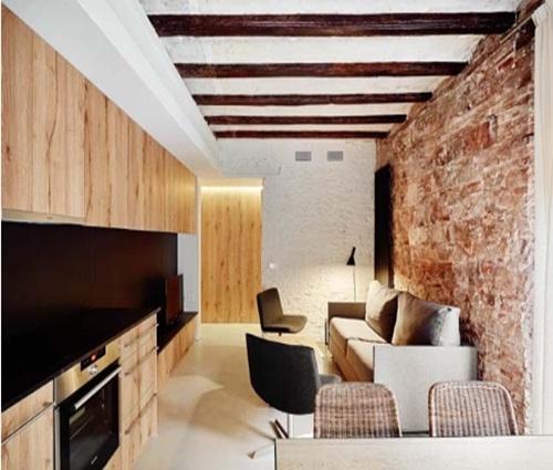 Căn hộ chung cư hiện đại có bức tường gạch cổ kính