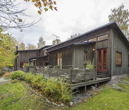 Thiết kế mẫu nhà trệt kết hợp gỗ và kính đẹp lạ lùng