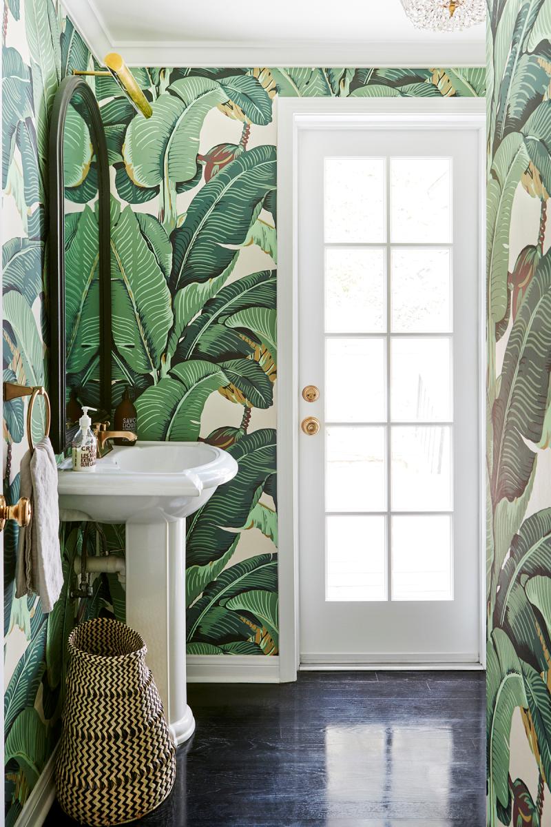 Mẫu WC đẹp sang trọng nhờ giấy dán tường