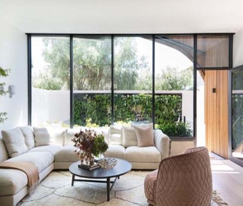 Mẫu nhà liền kề với thiết kế ngoại thất bằng gỗ sang trọng