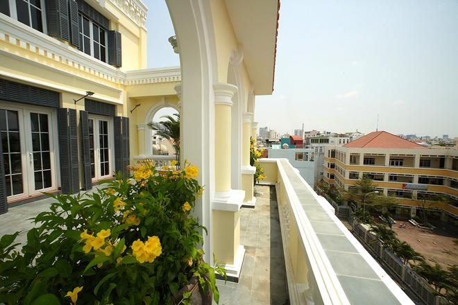Ngôi biệt thự kiểu pháp cổ giữa phố Sài Gòn hiện đại