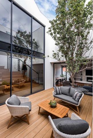 Thiết kế mẫu nhà phố 2 tầng có sân vườn đẹp hiện đại và tinh tế - 03