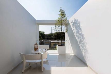 Mẫu thiết kế nhà phố 4 tầng có hồ bơi mang tên kính vạn hoa