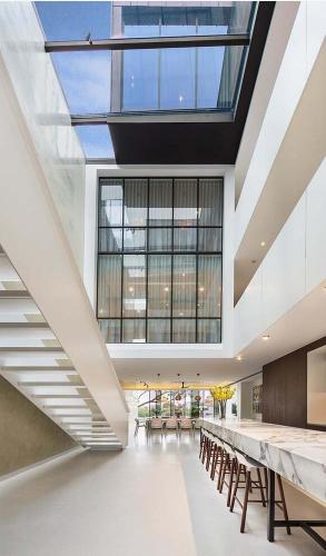 Nhà phố cấu trúc kính cao 5 tầng đẹp hiện đại và cá tính - 02