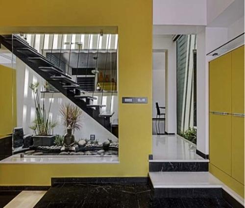 Thiết kế nhà phố màu vàng tươi tắn làm điểm nhấn nổi bật