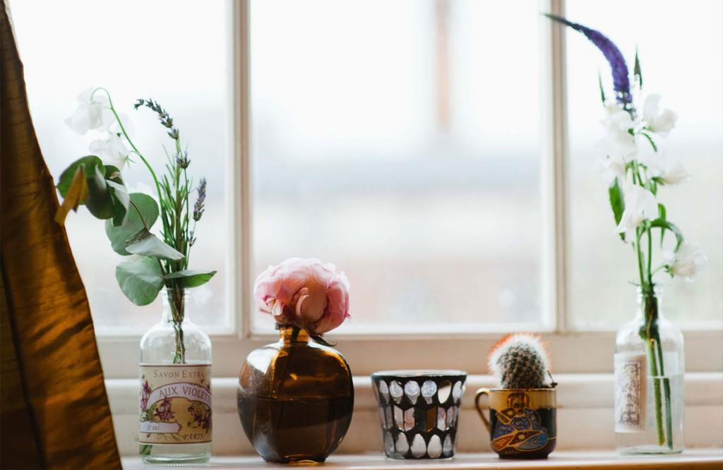 Bệ cửa sổ thêm duyên với những chậu cây nhỏ xinh