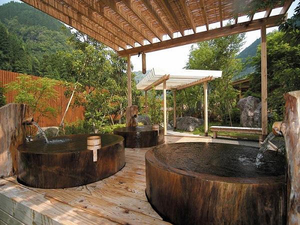 Bồn tắm lộ thiên phong cách Nhật cho Sài Gòn ngày nóng