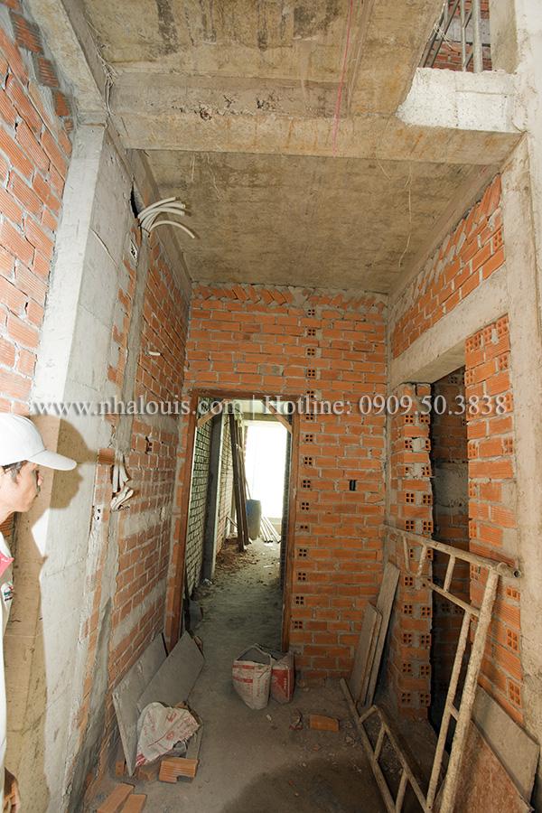 Gấp rút thi công phần thô nhà ống 5 tầng hiện đại ở quận 8