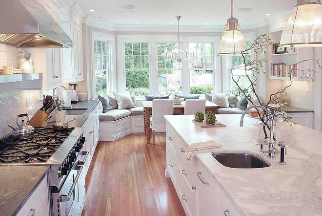 Phòng bếp chất lừ với thiết kế ghế ngồi bên cửa sổ