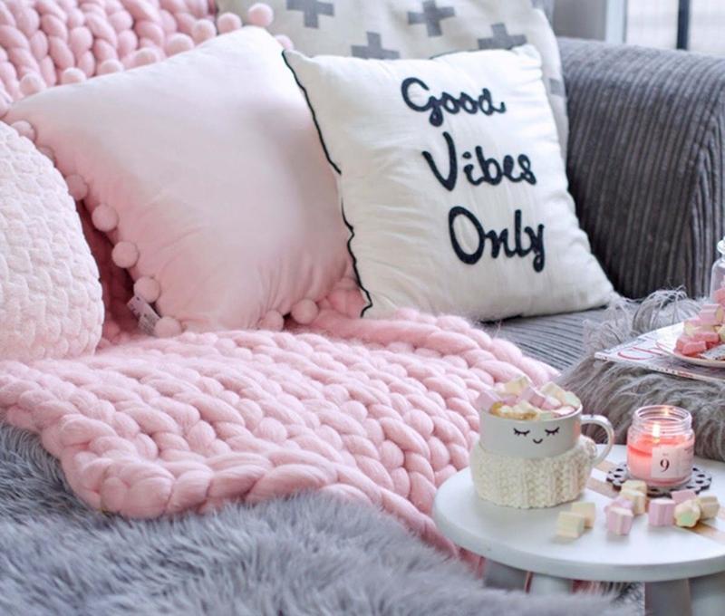 Trang trí phòng khách với gối tựa bằng len cho đông về thêm ấm áp