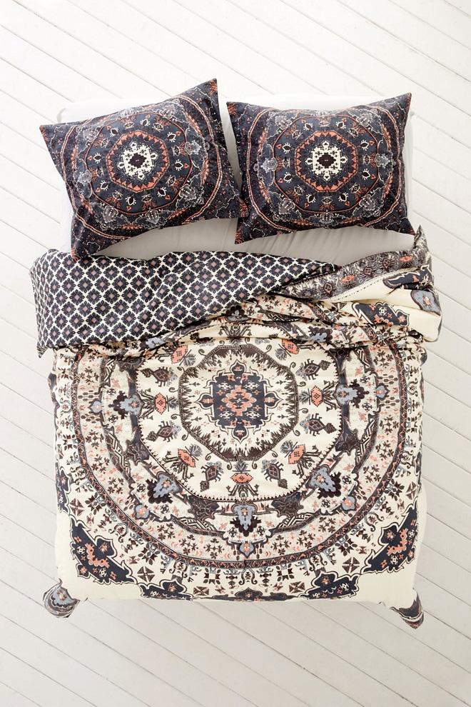 Không gian phòng ngủ chuẩn phong cách Boho với mẫu thiết kế chăn ga gối ấn tượng