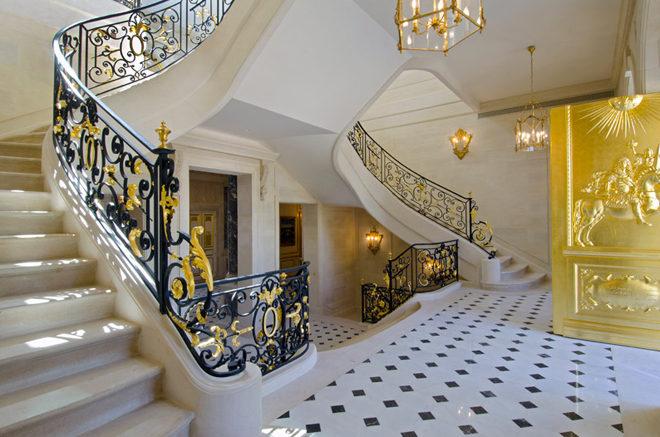Choáng ngợp trước căn biệt thự dát 15.000 lá vàng tại Pháp