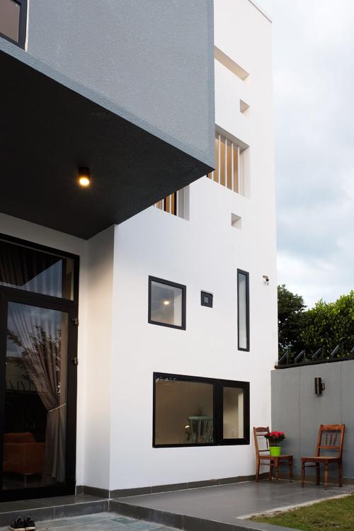 Thiết kế nhà ống ấn tượng với mặt tiền nhiều cửa sổ ở Buôn Ma Thuột