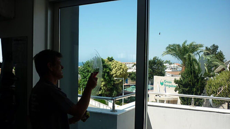 Chống nóng cho nhà 2 tầng 3 phòng ngủ sử dụng nhiều chất liệu kính