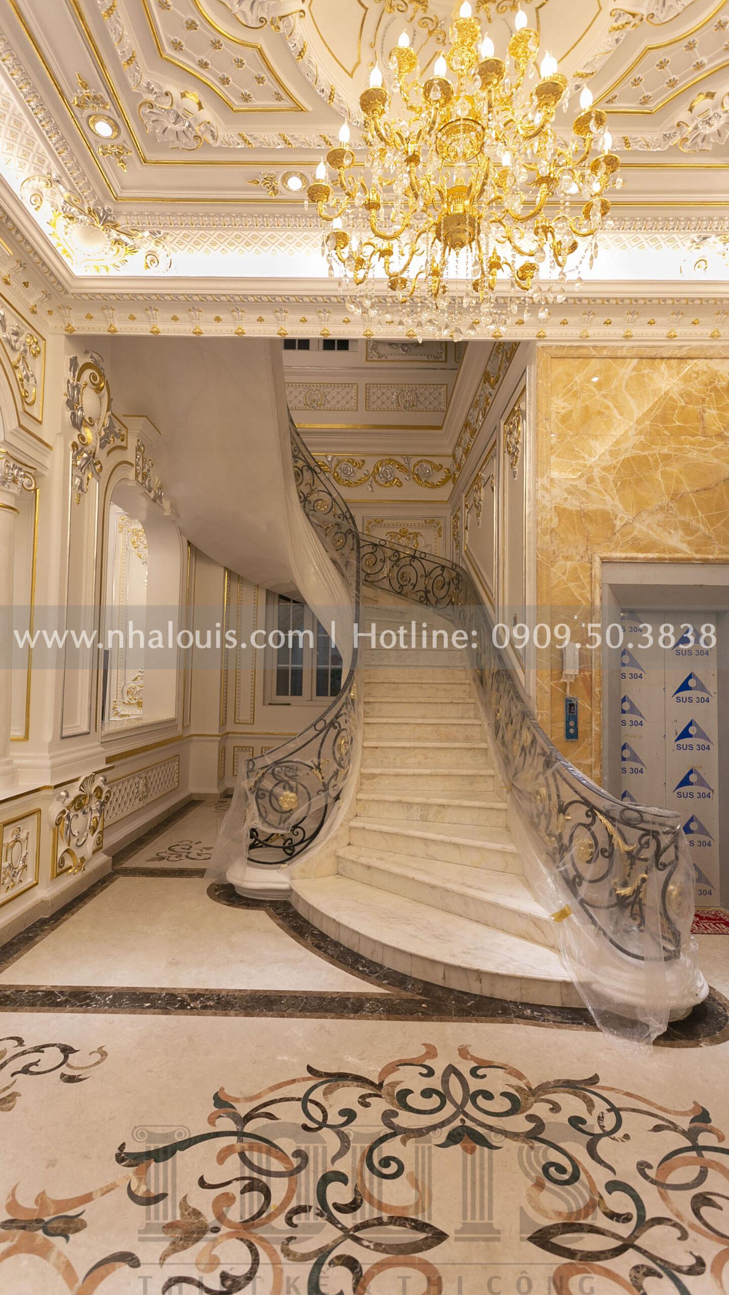 sảnh cầu thang biệt thự cổ điển Nhà Bè