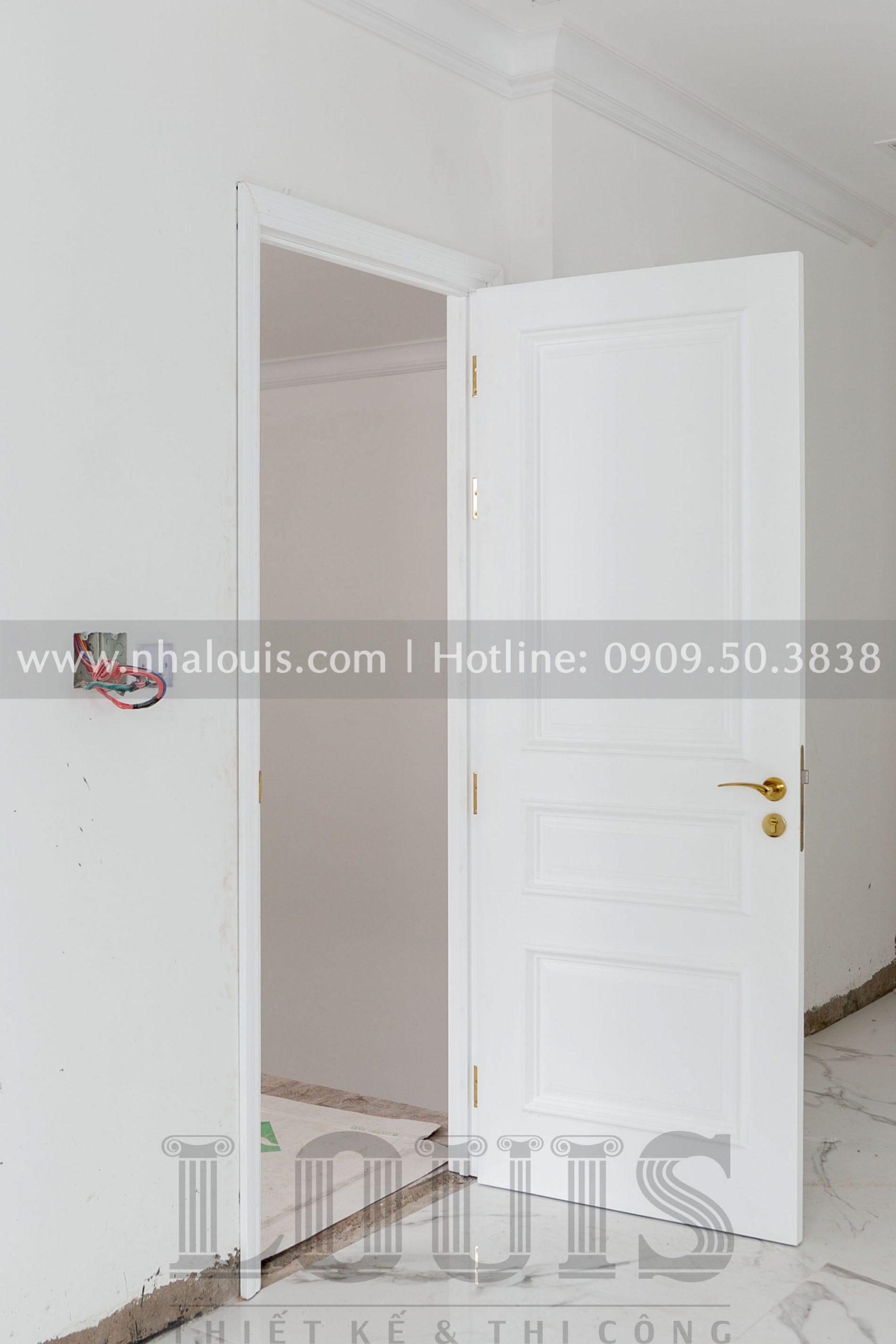 Lắt đặt bộ cửa gỗ trắng cho biệt thự tân cổ điển quận 2