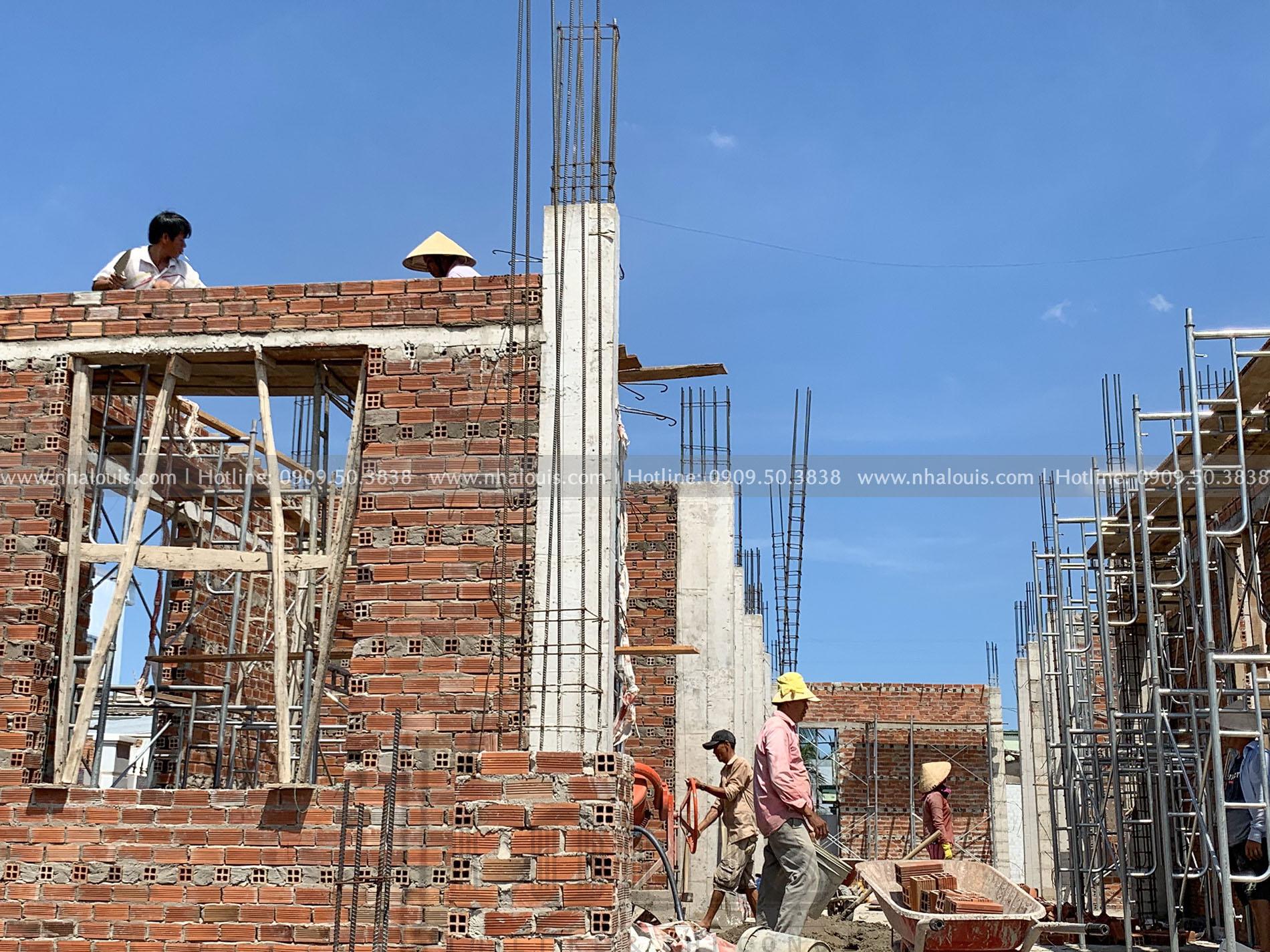 thi công tường vây tầng trệt biệt thự 2 tầng mái Thái Bến Tre
