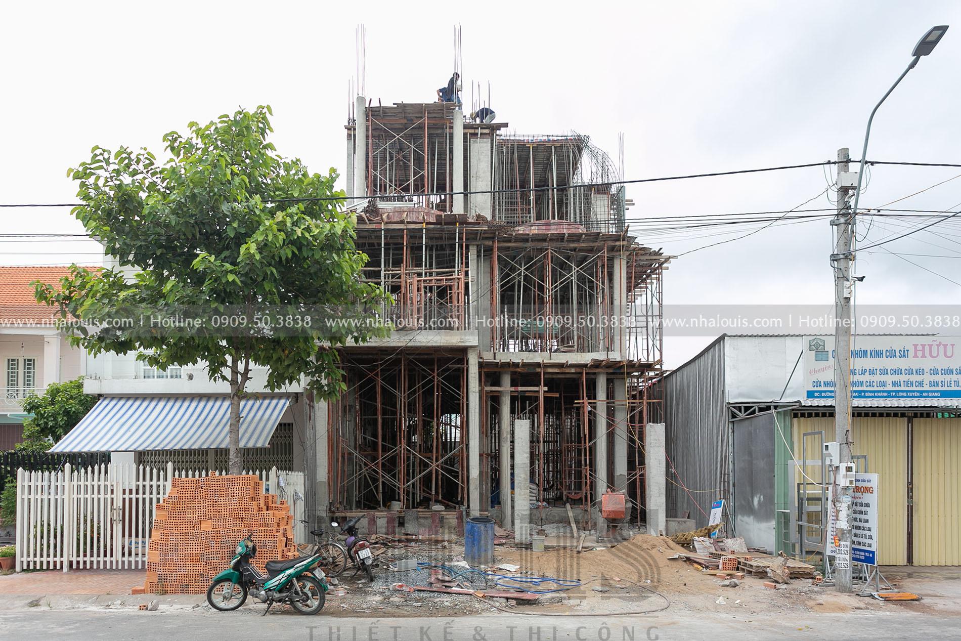 Hình ảnh thi công xây dựng biệt thự mặt tiền 10m tại Long Xuyên