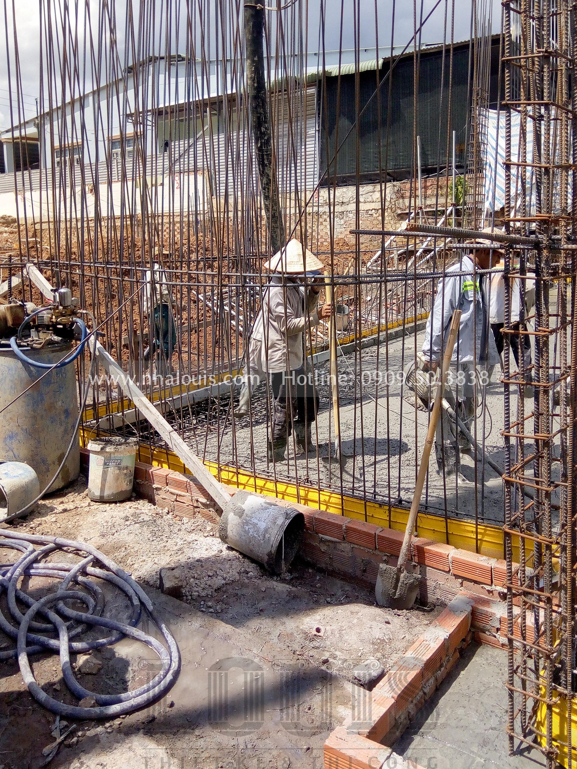 thi công đổ bê tông móng khu nhà sau biệt thự
